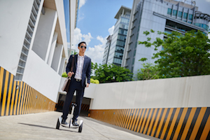 Businessmann auf Hoverboard