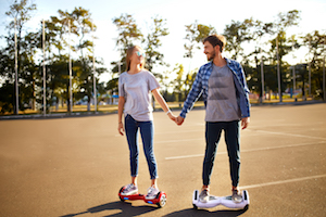 Pärchen auf Hoverboards