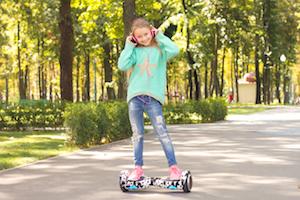Mädchen auf Hoverboard